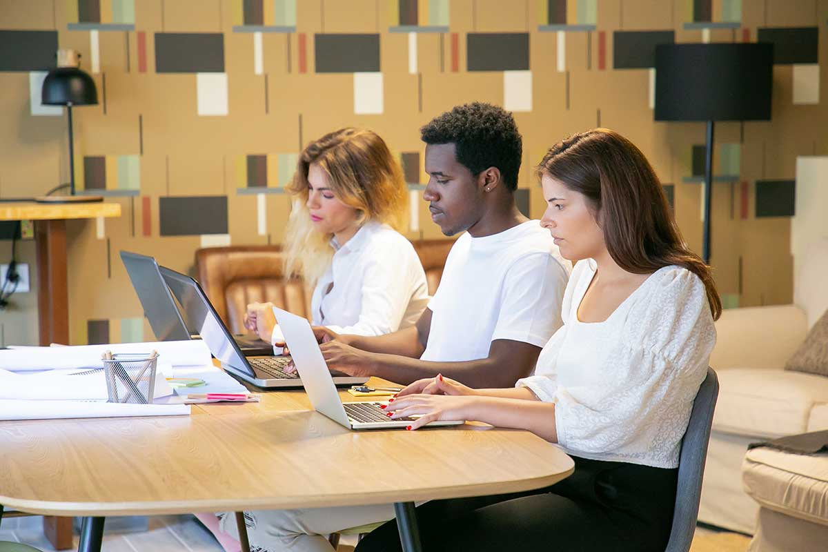 Gestão-de-conteúdo---Equipe-com-funções-e-tarefas